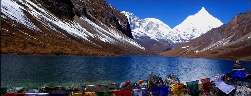 TRE-BUT-E-02-BHUTAN-TREK-CULTURE - il Jiku Drake si riflette in un piccolo lago