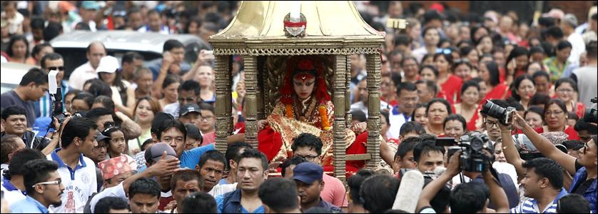 La Kumari uscente Martina Shakya viene celebrata e salutada dai fedeli